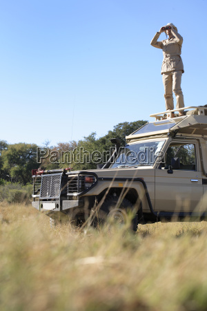 afrika botswana okavango delta mann auf