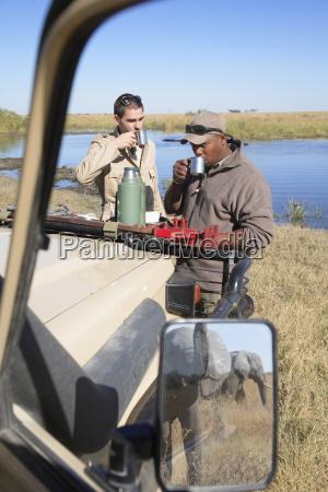 afrika botswana okavango delta maenner auf