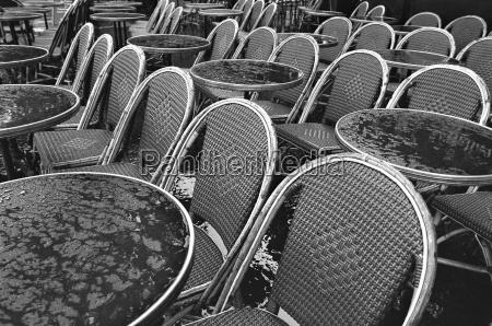 frankreich paris bistro tische und stuehle