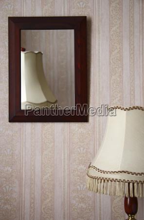 tischlampe vor einer wand mit spiegel