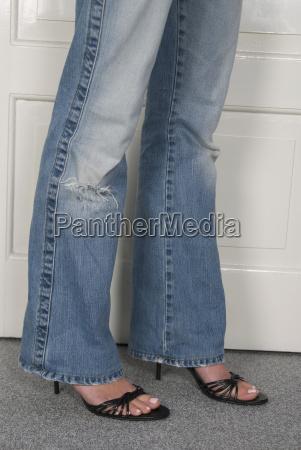 frau traegt jeans