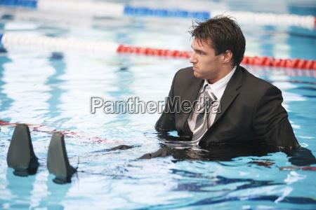 geschaeftsmann sitzt im pool