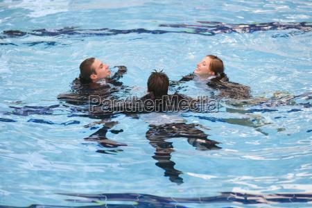geschaeftsleute im pool