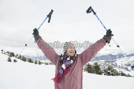 italien suedtirol seiseralm mann mit skistoecken