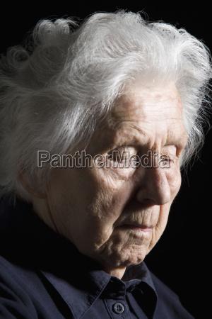 seniorin mit geschlossenen augen nahaufnahme