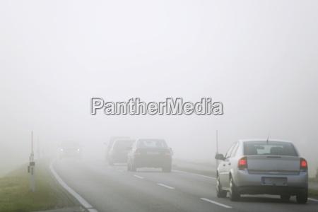 verkehr auf der strasse in mist