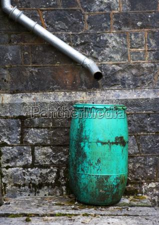 abflussrohr auf hauswand und barrel