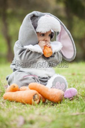 kleines baby maedchen tragen ein kaninchen