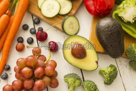 avocado und rote trauben umgeben von