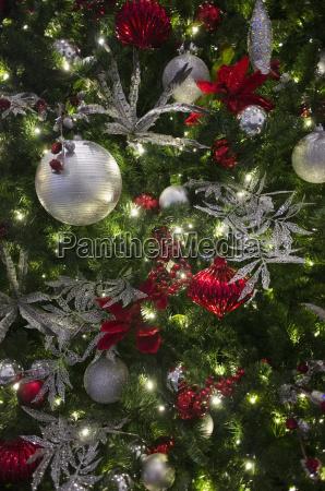 senkrecht vertikal weihnachtsbaum weihnachtszeit christbaumkugel ballen