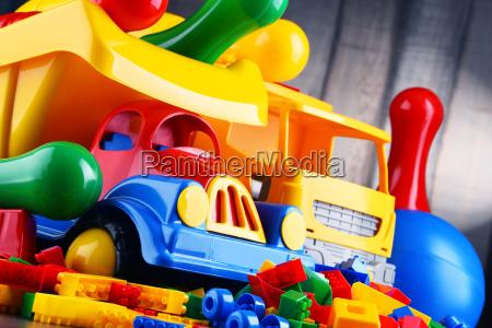 bunte plastikspielzeug im kinderzimmer