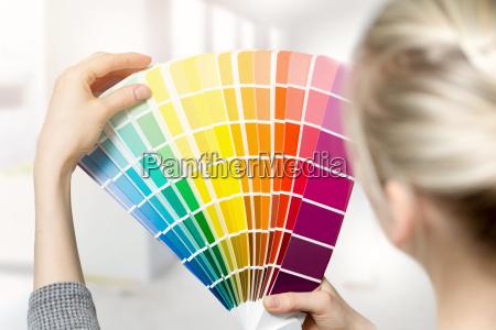 donna che seleziona il colore della
