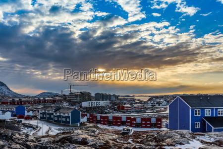 arktische haeuser wachsen auf den felsigen