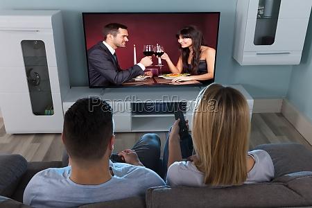 paar fernsehen zu hause