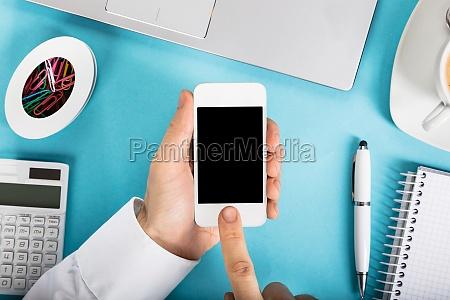 geschaeftsmann holding smart phone