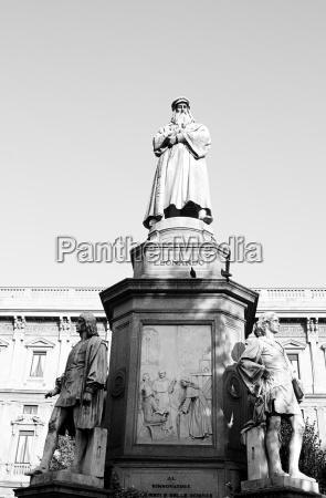 leoanardo da vinci milano statue black