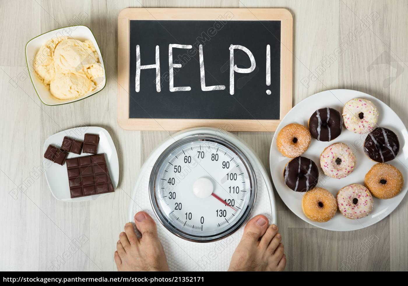 man, misst, sein, gewicht, mit, hilfe - 21352171