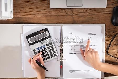 wirtschaftler der rechnung berechnet