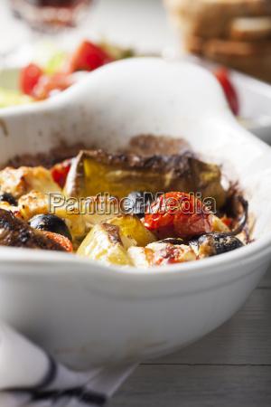 gegrillter griechischer feta kaese mit tomate