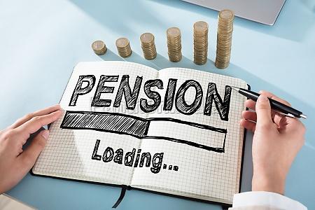 businessperson zieht pension chart on checker