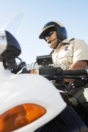 polizist sitzt auf motorrad