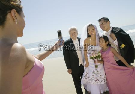 brautjungfer fotografiert neu weds mit familie