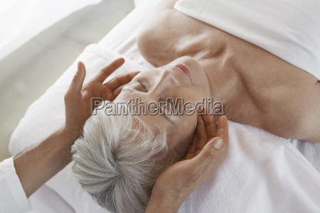 frau empfaengt massage