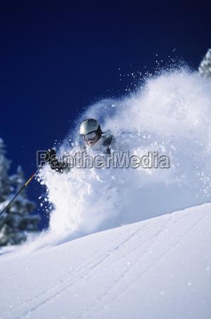 skifahrer im tiefen pulverschnee