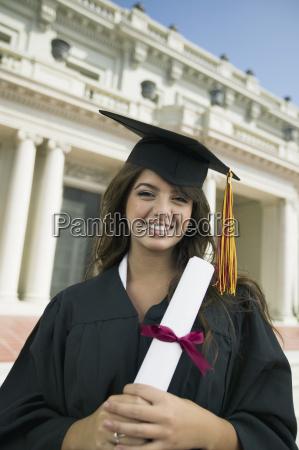 graduate holding diplom ausserhalb universitaet portraet