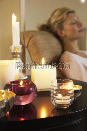 frau entspannen donerisch mit lit kerzen