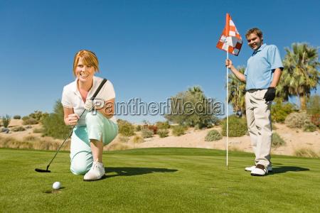 aufgeregte frau auf golfclub