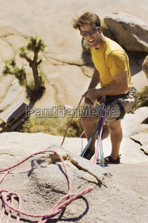 kletterer mit seilen auf klippe