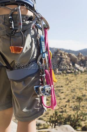 karabiner um die taille des kletterers