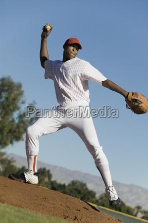 baseball pitcher werfen ball waehrend des