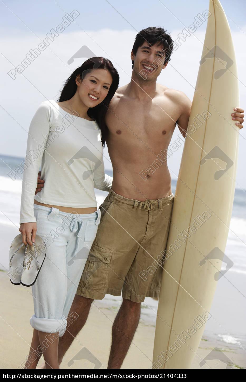 ehepaar, mit, surfbrett, am, strand - 21404333