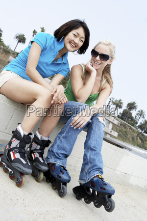 weibliche, freunde, auf, rollschuh-skichen - 21404409