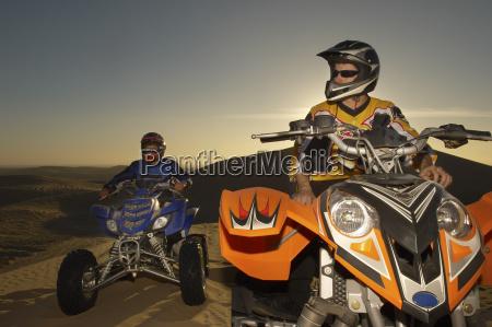maenner auf quad bikes