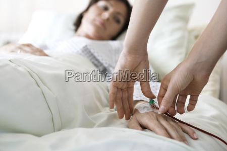 haende die intravenoese tube an die