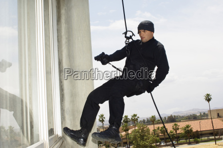 swat team offizier rappelling und aiming