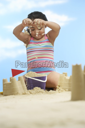 maedchen gebaeude sand schloesser am strand