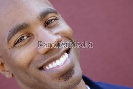 tiltes portraet eines gluecklichen afroamerikaners ueber