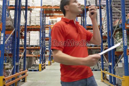 lagerarbeiter mit walkie talkie