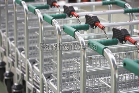 leere kaufwagen die zusammen verbunden sind