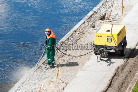 bauarbeiter reinigen beton