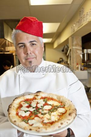 portrait eines ueberzeugten chef tragen kopfbedeckung