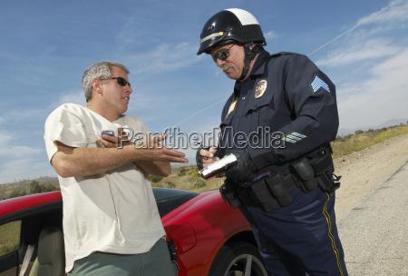 traffic cop schreibt ein ticket