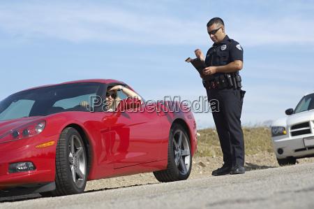 traffic cop standing von sportwagen
