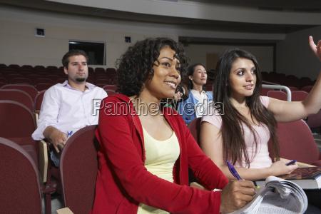 multiethnische studierende besuchen vortrag