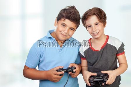 glueckliche jungs spielen videospiele