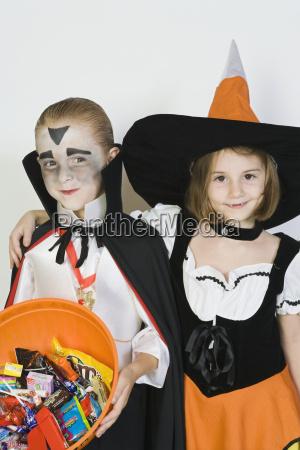 freunde in halloween kostuemen die zusammen